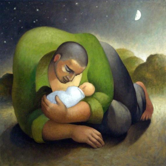 папа держит на руках ребенка